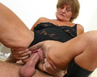 This horny mama loves to get cock